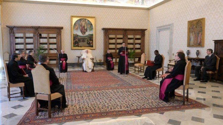 Papež: Jak prožít Velikonoce doma? S křížem a evangeliem.