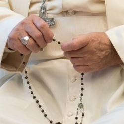 Papež František vyzývá k modlitbě růžence
